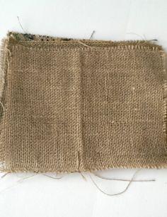 Een rechthoek van jute. Het jute is afkomstig van hergebruikte koffiezakken. De randen zijn gestikt om rafelen verder te voorkomen.