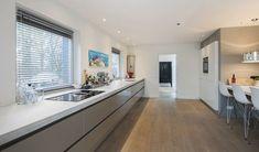 lange greeploze keuken met blad beton zonder naad en bora kookplaat
