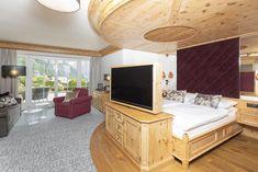 Unsere Residenz Suite Rosenquarz hat ein Facelift bekommen und erstrahlt in neuem Glanz. Furniture, Home Decor, Pink Quartz, Sparkle, Interior Design, Home Interior Design, Arredamento, Home Decoration, Decoration Home