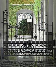 www.italialiberty.it - Casa Balzarini 1902 - Andrea Fermini Cortile interno e cancello di Alessandro Mazzucotelli Milano, Via Pisacane 16