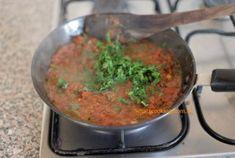 Mumbai Street Food, Thai Street Food, Best Street Food, Indian Street Food, Indian Snacks, Indian Food Recipes, Green Chutney Recipe, Bhaji Recipe, Pakora Recipes