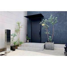 #オスポール #機能門柱 #門柱 #サンワカンパニー #sanwacompany Front Porch Planters, Natural Interior, Office Plants, Modern Industrial, My House, Entrance, House Plans, Exterior, Patio