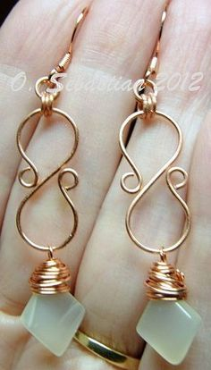 Wire s-shaped earrings. I'd use a different stone though #wirejewelry #wirewrappedringsshape