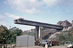 Fotogalerie: Rozestavěný most v roce 1968 Prague Photos, Czech Republic, Historical Photos, Brooklyn Bridge, Time Travel, Old Town, Marina Bay Sands, The Neighbourhood, Pergola