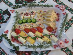 Platou cu branzeturi Pasta Salad, Sushi, Food And Drink, Ethnic Recipes, Alternative, Salads, Crab Pasta Salad, Sushi Rolls, Macaroni Salad