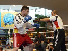 Artur Manschos beim Pratzentraining mit dem Bundestrainer Michael Gratschow.