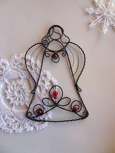 Anjelik so srdiečkom / Meryema - SAShE. Wire Ornaments, Christmas Tree Ornaments, Christmas Crafts, Wire Crafts, Metal Crafts, Wire Wrapping Tutorial, Angel Decor, Wire Hangers, Beads And Wire