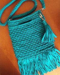 E olha ela aí,  finalmente pronta e maravilhosa com a alça de crochê 😍😍😍😍 #crochê #crochet #croche #fiodemalha #malhamaniacas #trapillo #bolsa #tshirtyarn #crochetbag #bolsadetrapilho #bolsadecroche #bolsadefranja #bolsadefesta #bolsadefiodemalha #tshirtyarnbag #fabricyarnbag #fabricyarn #verao #verao2018