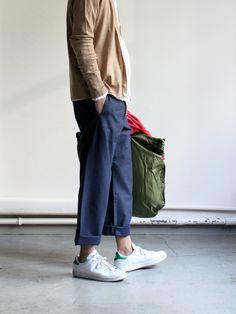 minimal weekend look. beige cardigan, blue loose trousers & stan smith adidas