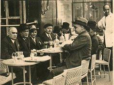 «Mi bisabuelo José de Berrazueta (1881-1945), primero por la izquierda, de tertulia en el café. Paseo Pereda de Santander»