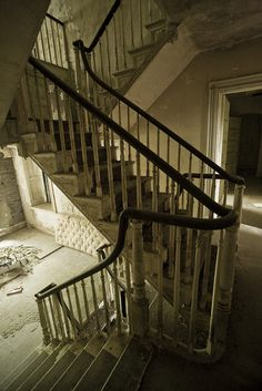 This series of photos of this abandoned home are amazing