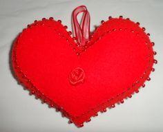 corazón con una rosa en el centro y mostacillones al rededor