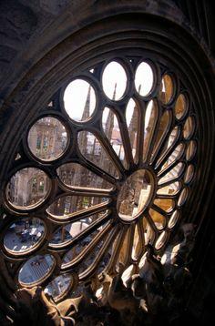 Sagrada familia de Barcelona, detalle de una de las vidrieras.