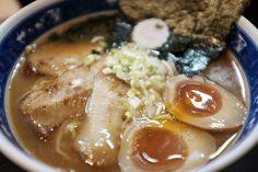 みんな大好きな食べ物と言えば「ラーメン」ですよね。東京都内には行列をなす程の人気店がたくさんあります。あまりにもラーメン店が多すぎて、どこから行けば良いのか分からない...。なんて方も多いのではないでしょうか。ということで、今回は、東京都内の人気ラーメン店を区別でご紹介します。