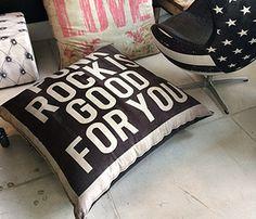 Almofadões super confortáveis que produzimos em várias estampas. Medem 1x1m. www.rvalentim.com