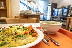 Tagesteller mit Suppe Naturkost St. Josef (c) STADTBEKANNT Bio Restaurant, Brunch, Teller, Risotto, Curry, Ethnic Recipes, Food, Vegetarian Restaurants, Primitive Kitchen