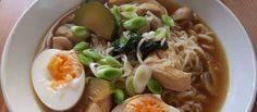 Una bolsa de fideos chinos puede ser una buena base sobre la que improvisar una sopa sabrosa con algún aderezo, hortalizas y un poco de pollo. Un placer –ya no tan– culpable, listo para la cena en minutos.