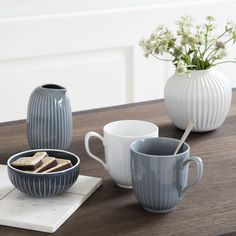 Have you seen the brand new items in our elegant Hammershøi range? Among these are beautiful mugs, a small bonbonniere and a distinctive jug; perfect for any well-set coffee table☕️ #Kähler #KählerHammershøi #CoffeeTable #Mug #Jar #Bonbonniere #DanishDesign
