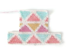 Learn how to make this CUBE Crochet Toiletry Bag usin the Tapestry Technique. FREE Step by Step Tutorial & Pattern. Designed to turn heads! Crochet Pouch, Crochet Chain, Crochet Hooks, Tapestry Crochet Patterns, Crochet Fabric, Knitting Daily, Granny Square Bag, Cube Pattern, Tapestry Bag