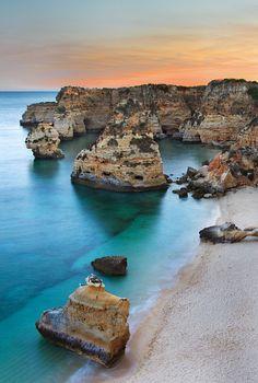 Praia Da Marinha, mooiste strand van Portugal, Algarve (L).