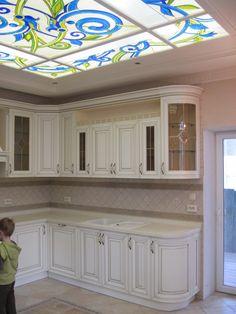 Кухня в классическом стиле. Яркий синий витраж в кухне-гостиной разбавил монохромную простоту цвета в интерьере. Добавил сочности и стал некой доминантой общей композиции кухни.