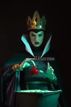 Spectacular Evil Queen from Snow White cosplay - NOT a photomanip, NOT digital paint, just makeup, costume and lighting!