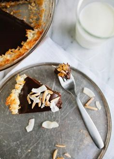 Chocolate Coconut Pie with Toasted Almonds 23 Gorgeous Gluten-Free Thanksgiving Desserts Dessert Sans Gluten, Gluten Free Sweets, Paleo Dessert, Dessert Recipes, Pie Recipes, Chocolate Pies, Gluten Free Chocolate, Coconut Chocolate, Chocolate Ganache