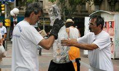 Dos esculturas de hielo brillaron en campaña contra el melanoma