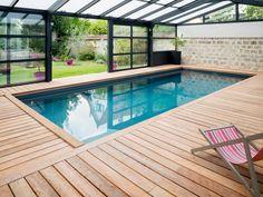 L'abri piscine par l'esprit piscine 8 x 3,5 m Revêtement gris anthracite Margelles et plage en ipé Abri Import Garden