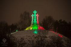 """Laisvės gynėjams atminti, Sausio 13-osios išvakarėse, apšviestas """"Trijų kryžių"""" paminklas trispalvės spalvomis #Vilnius We love Lithuania - Photo by : Laimonas Ciūnys.jpg (1400×934)"""