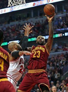14-15NBA、シカゴ・ブルズ(Chicago Bulls)対クリーブランド・キャバリアーズ(Cleveland Cavaliers)。シカゴ・ブルズのタージ・ギブソン(Taj Gibson)をかわし得点を狙うクリーブランド・キャバリアーズのレブロン・ジェームズ(LeBron James、2014年10月31日撮影)。(c)AFP=時事/AFPBB News