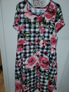 Lularoe jessie medium rose on Mercari Vintage Watches Women, Jessie, Cute Outfits, Men Casual, Brand New, Black And White, Medium, Rose, Mens Tops