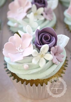 Wedding Cake Recipes - Ever think of having cupcakes for your wedding after party? These beautiful, delicious flower wedding cupcakes will look gorgeous in every wedding theme. Flowers Cupcakes, Cupcakes Flores, Floral Cupcakes, Pretty Cupcakes, Beautiful Cupcakes, Fun Cupcakes, Cupcake Cookies, Strawberry Cupcakes, Cupcake Toppers