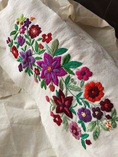 Cushion Embroidery, Crewel Embroidery, Chain Stitch Embroidery, Learn Embroidery, Simple Hand Embroidery Patterns, Stitch Head, Hand Painted Fabric, Mexican Embroidery, Fabric Painting