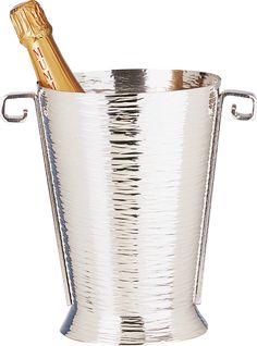 Seau à champagne en étain à anses Seau à Champagne en étain aspect brillant de l'argent mais à la différence de l'argent, l'étain ne ternit pas, n'oxyde pas dans le temps et ne nécessite aucun entretien particulier. Fabrication artisanale française http://www.accessoire-pour-le-vin.fr/wp-admin/post.php?post=23848&action=edit