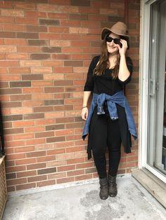 Super simple aujourd'hui: monochrome noir + jean jacket et chapeau! Joue avec les longueurs et le volume (en attachant ton jean jacket à ta taille par exemple!) Fall Looks, Super Simple, Hui, Monochrome, Fall Styles, Monochrome Painting, Fall Fashion