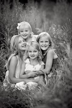 Nice posing and framing Family Picture Poses, Family Posing, Family Portraits, Family Photos, Cousin Pictures, Sister Photos, Children Photography Poses, Sibling Photography, Sibling Poses