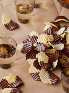 Chocolate Covered Potato Chips - the best of two worlds sweet and salty! Köstliche Desserts, Delicious Desserts, Yummy Food, Healthy Food, Healthy Eating, Chocolate Covered Potato Chips, Chocolate Chips, Chocolate Mix, Chocolate Fondue