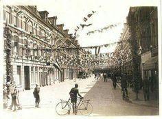 Bevrijding van Den Haag 1945, zijstraat van de parallelweg in Den Haag. Aan het einde zien we de kap van station Hollands Spoor. Kraijenhoffstraat .