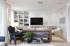 Decoração de - Sala de televisão; estante branca; Casa de Valentina