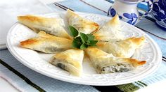 Baking/Leivonta: Cheese and spinach pies/juusto-pinaatti piirakat (bouréki) Creamy Spinach, Spinach And Feta, Spinach Pie, Frozen Spinach, Recipes Using Crescent Rolls, Tapas, Phyllo Dough, Phyllo Cups, Greek Cooking