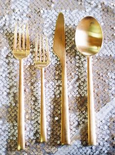 This modern look of gold flatware is perfect for a gold themed wedding. A sparkling table cloth of silver is a great way to dazzle your guests, too.