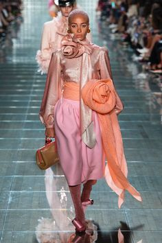 Marc Jacobs Spring 2019 Ready-to-Wear Fashion Show Collection: See the complete Marc Jacobs Spring 2019 Ready-to-Wear collection. Look 21 Catwalk Collection, Fashion Show Collection, Black Women Fashion, Love Fashion, Women's Runway Fashion, Fashion Trends, Marc Jacobs, Mode Rose, Pastel Outfit
