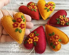 Small Fall Heart ornaments with flowers, Floral heart, Wool Felt Heart ornament, Autumn decor - 1 ornament Felt Ornaments Patterns, House Ornaments, Rustic Country Wedding Decorations, Fall Decorations, Felt Succulents, Autumn Crafts, Holiday Crafts, Autumn Decorating, Heart Ornament