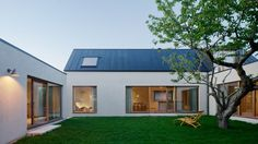 Summerhouse Bjäre by MAKA Arkitektur ㄱ-자 본채와 별채로 이루어진, 스웨덴의 튼ㄷ-자 집 ...