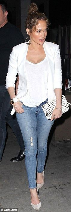 Jennifer Lopez white blazer casual look White Blazer Outfits, Jean Outfits, Casual Outfits, Cute Outfits, White Blazers, Yellow Blazer, Smart Casual Dinner Outfit, White Jacket Outfit, Casual Jeans