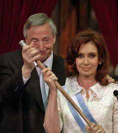 Cristina con baston de mando - Argentina – Wikipédia, a enciclopédia livre > Néstor Kirchner e a sua esposa e sucessora política, Cristina Kirchner.