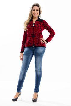 Jaqueta confeccionada em tricot jacquard com desenho de flores, manga longa e gola polo. O tecido em mousse possui um toque macio e se ajusta bem ao corpo.