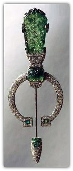 Gold and platinum fibula brooch set with emeralds and diamonds, by Cartier, 1924.