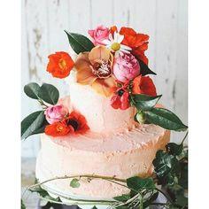 Daqueles bolos que dão água na boca só de olhar, de tão lindos! #bolodecasamento #bolo #cake #weddingcake #rosas #flores #mesadedoces #mesadobolo